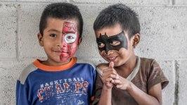 La Globalización se expande por cada esquina, llegando incluso a los parajes más excluidos del mundo. En la foto dos katchiqueles maquillados por jóvenes de Vacilarte. Fotografía de Qike Alarcón
