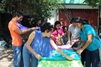 Estudiantes preparando stand de exposición.