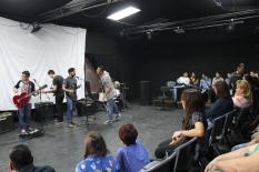 Clarence y VacilArte ofrecieron presentaciones para los y las estudiantes.